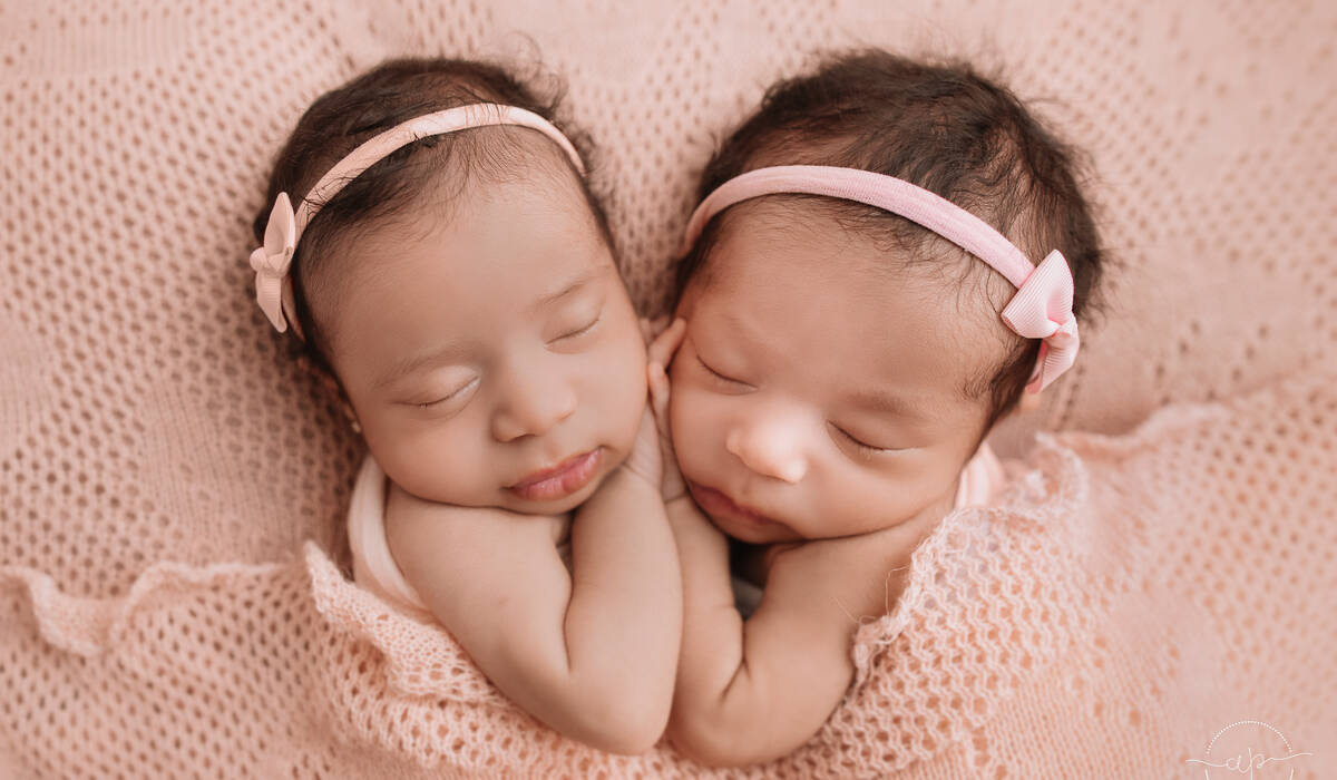 Fotografia Newborn de Newborn Gêmeas