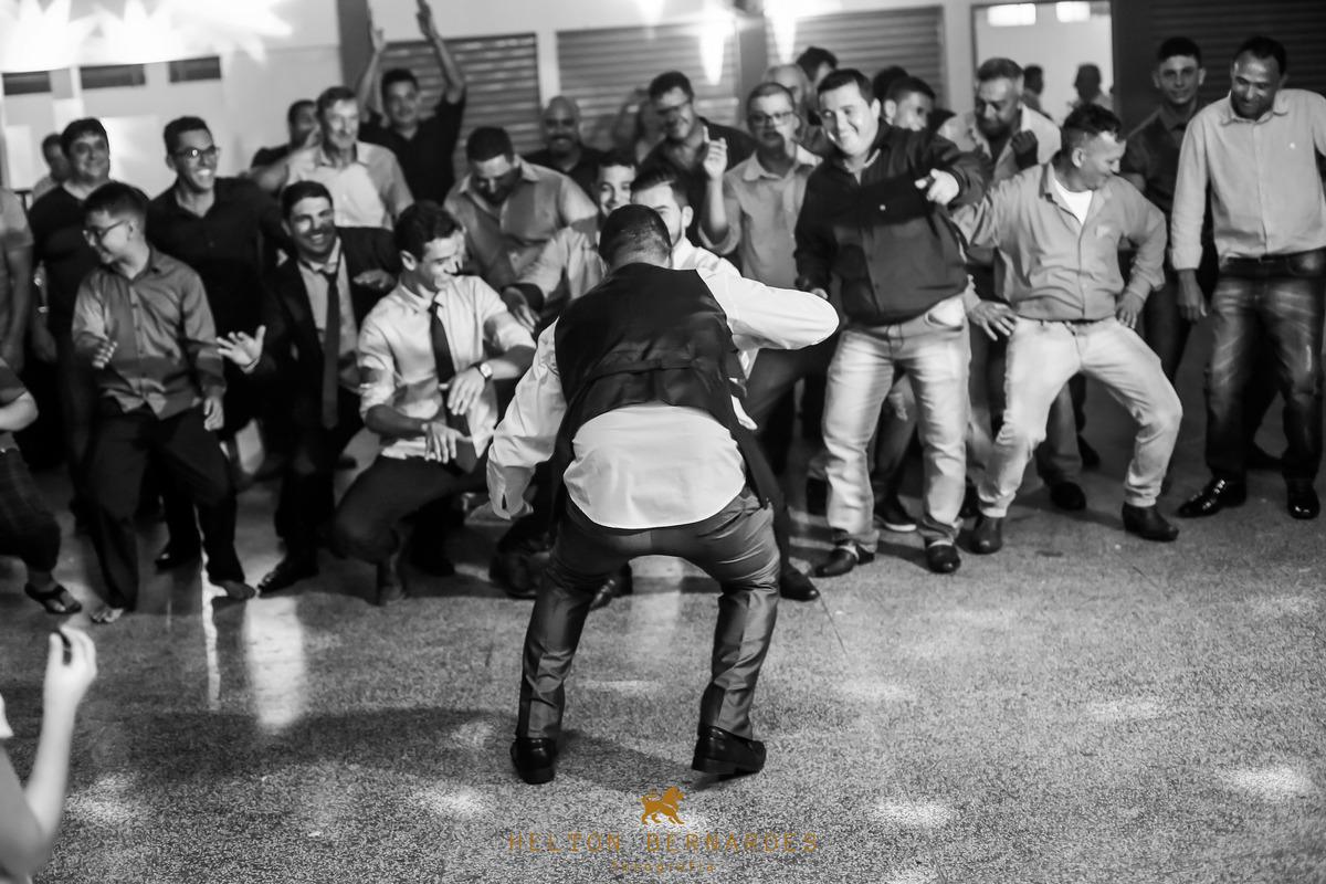 Noivo dançando com seus amigos!
