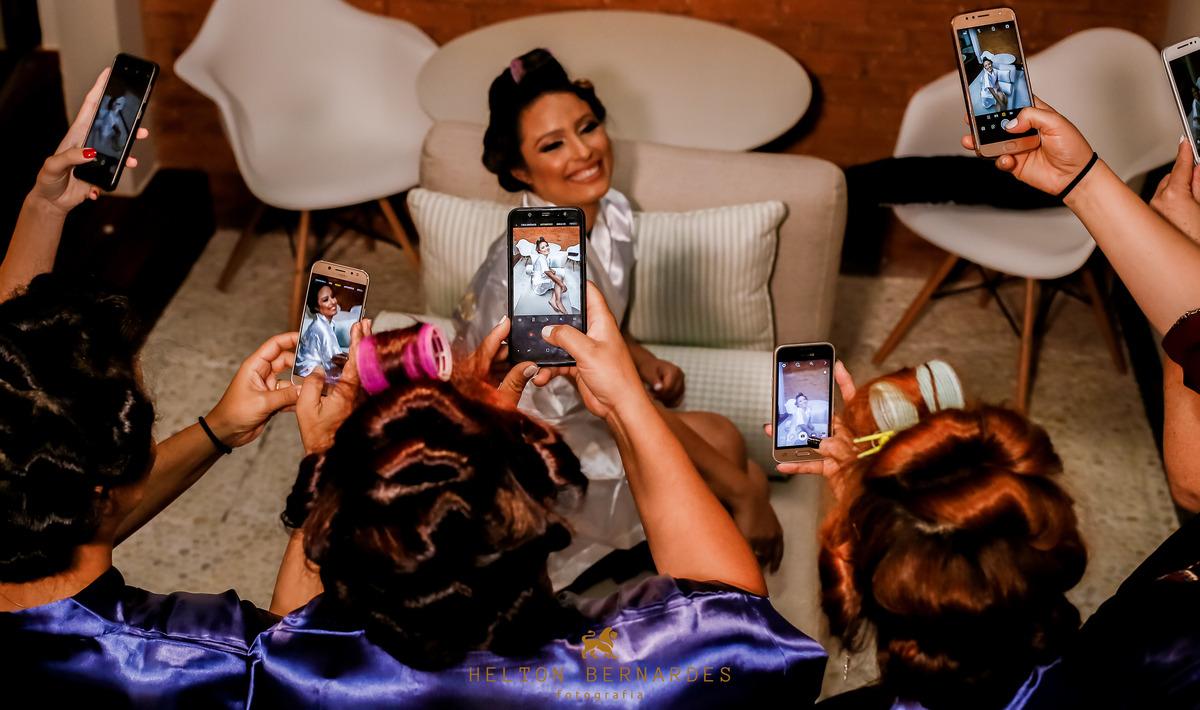 Madrinhas tirando uma foto da noiva!