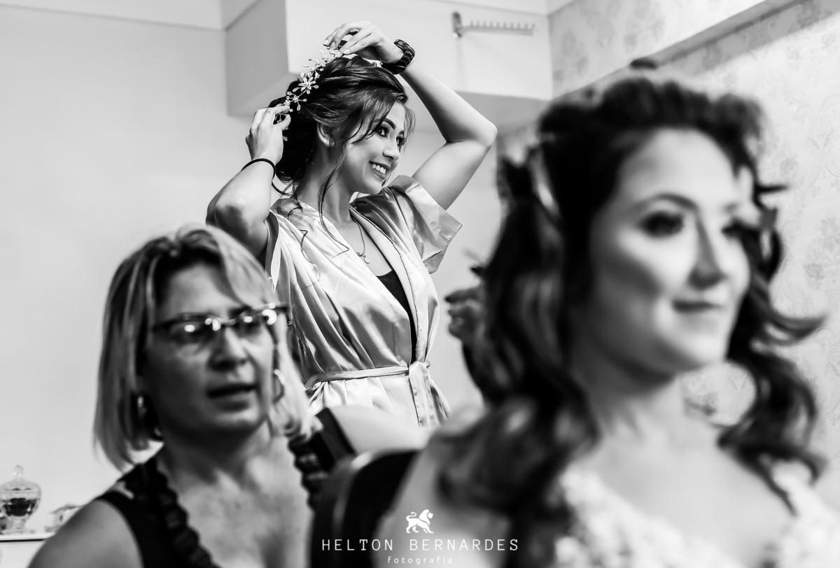 Irmã da noiva testando a coroa da noiva rsrs