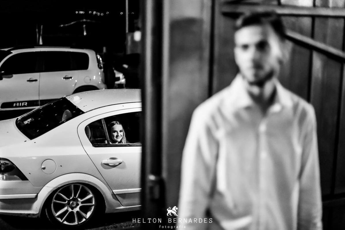 Noivo esperando a noiva descer do carro!