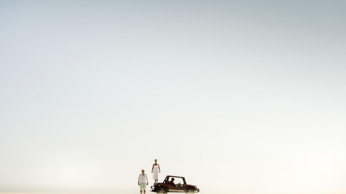 ensaio pré-wedding em praia com carro