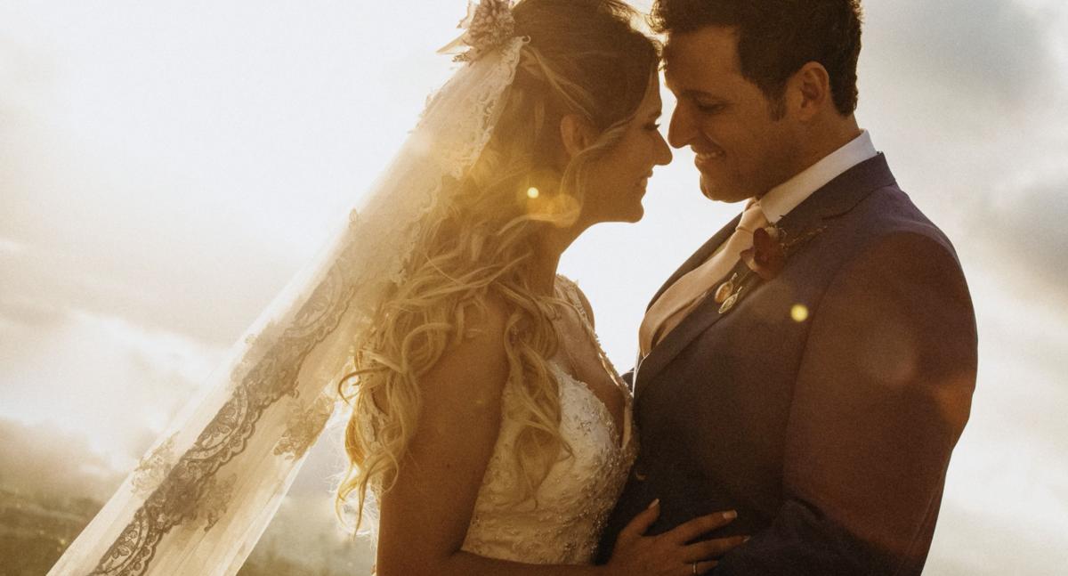 casal de noivos no por do sol