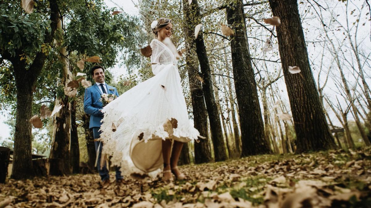 noiva girando o vestido em campo de folhas