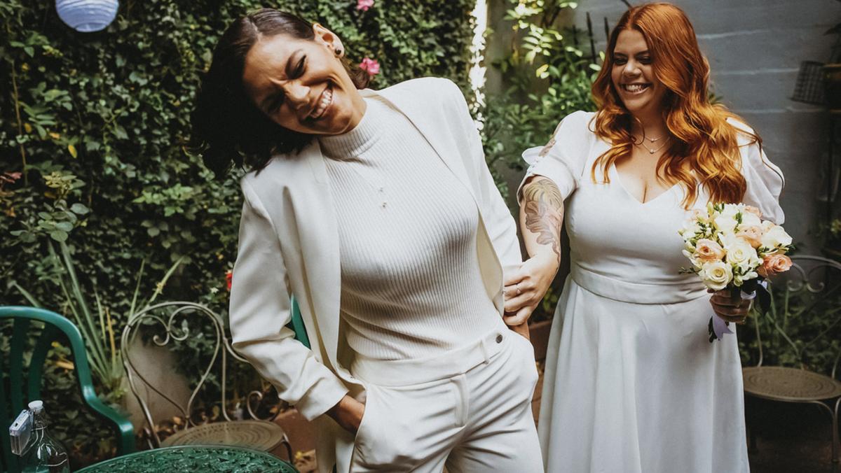 casal de mulheres gay casando dando risadas