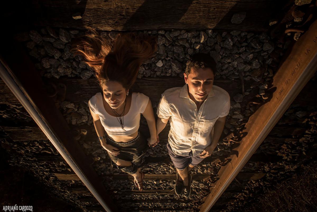 casal em trilhos de trem em ensaio pré-wedding em itatiaia em campo