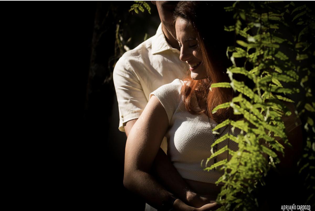 casal ao lado de planta samambaia em ensaio pré-wedding em itatiaia