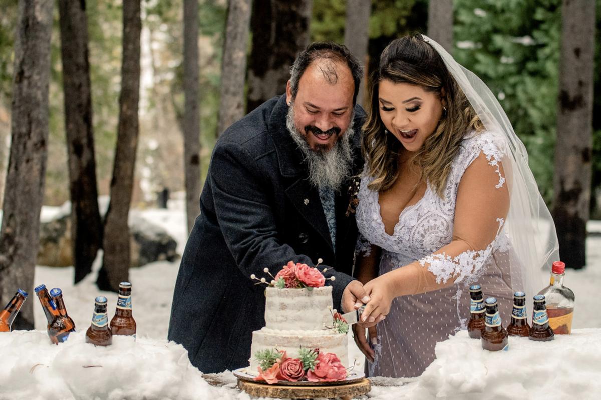 noivos cortando o bolo em casamento elopment wedding nos eua utah