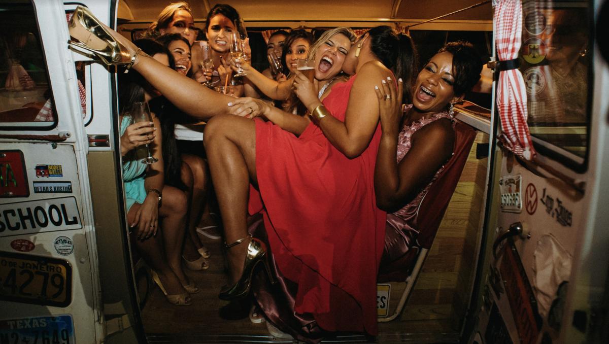 mulheres em festa de casamento amigas da noiva