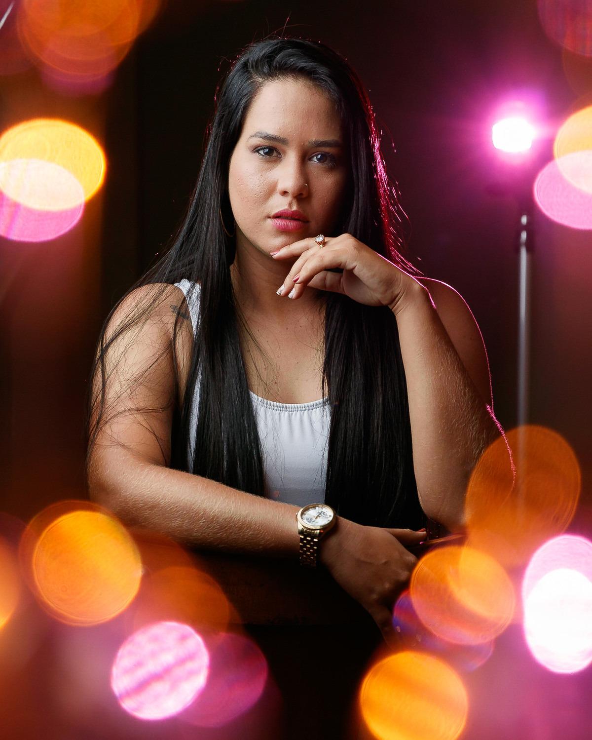 Retrato da Vitória Camila com luzes criativas