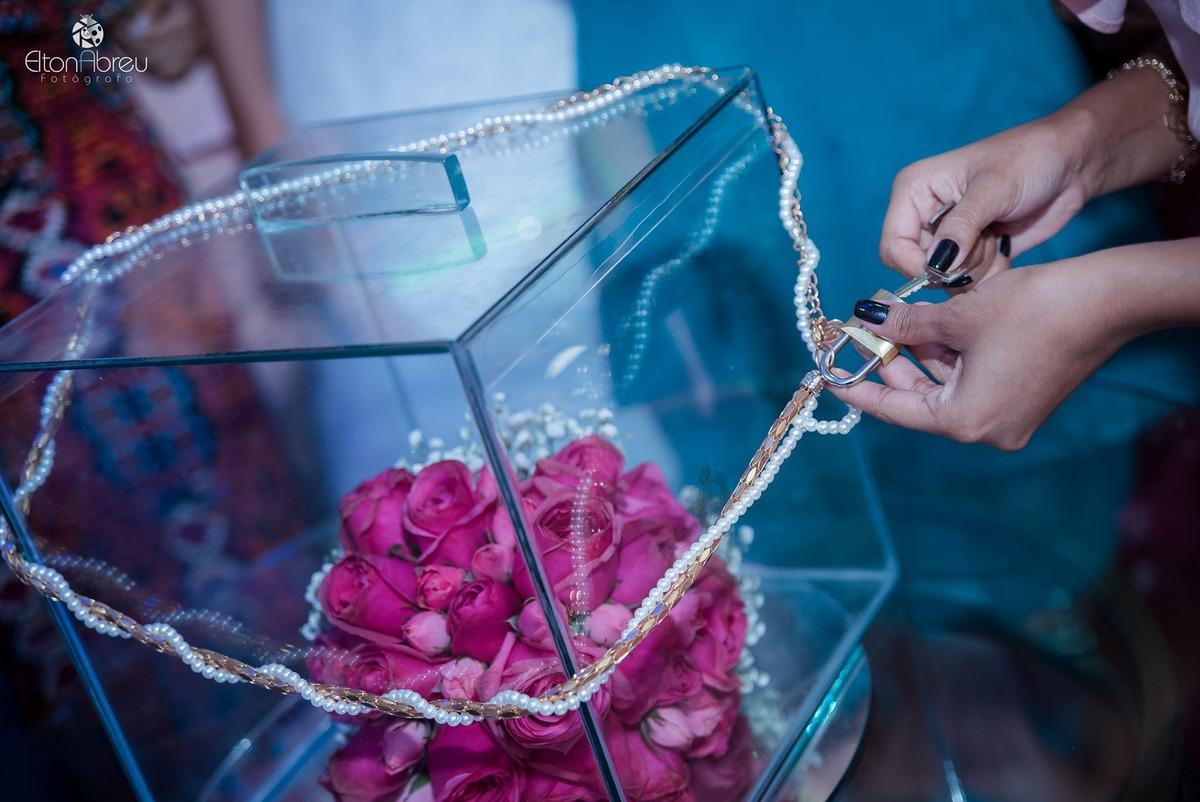 Imagem capa - Nada de jogar o buquê no casamento: coloque num cofre! por Elton Abreu Araujo Sampaio