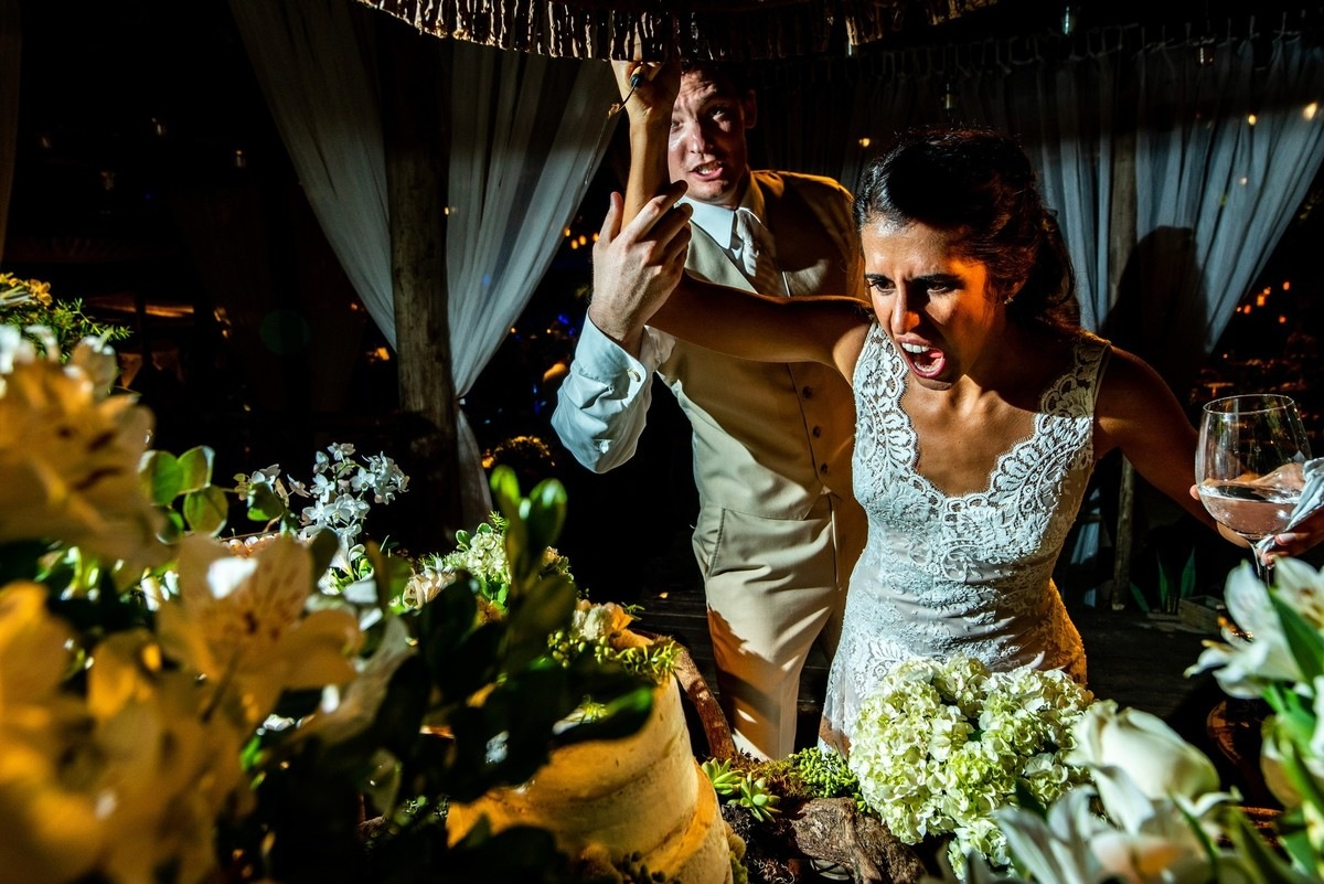 corte do bolo casal descontraído festa de casamento praia de maresias sp