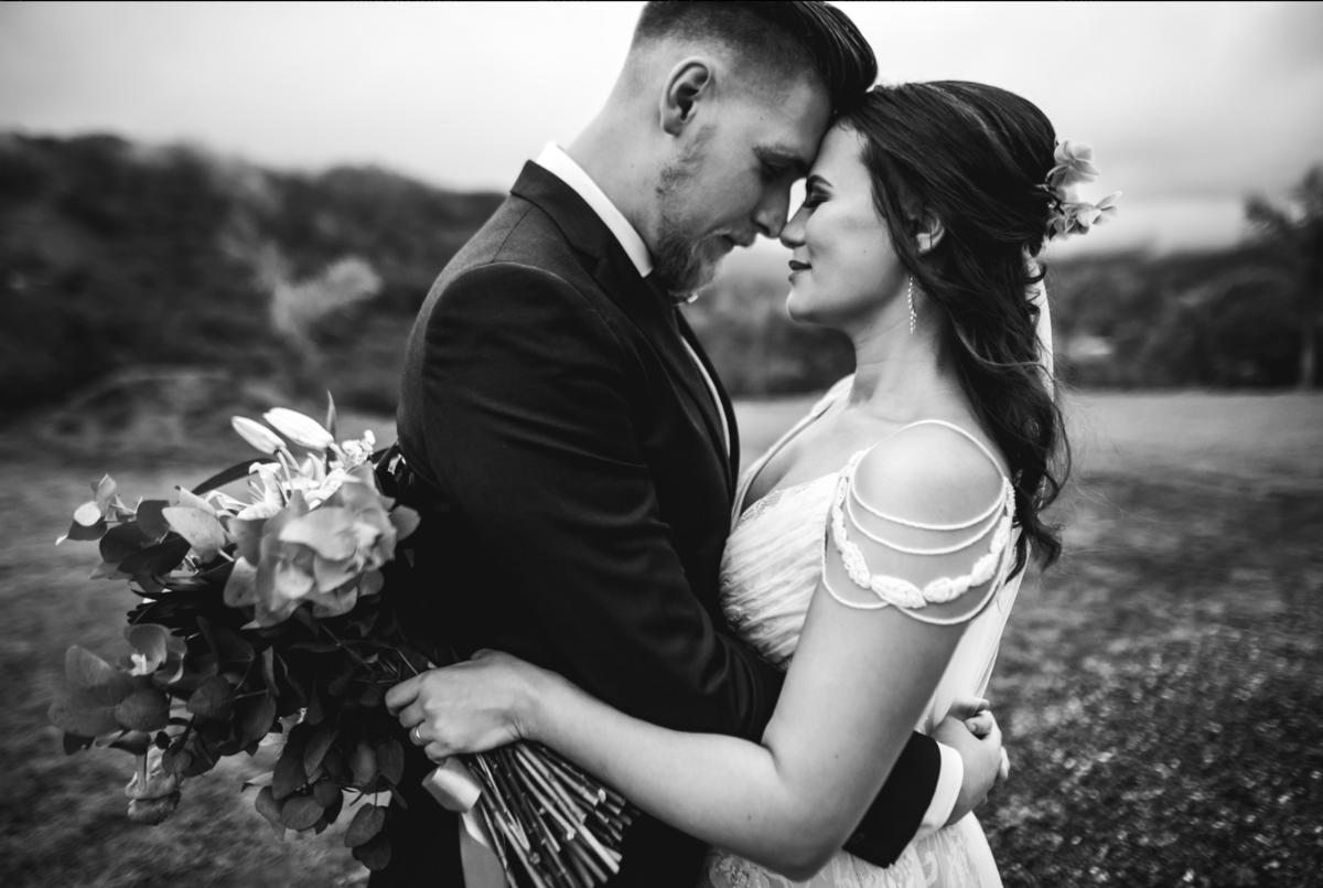 brinde dos noivos com família e paensaio de noivos fotos de noivos casamento no campo timbó santa catarina fotógrafo rafael bigarelli