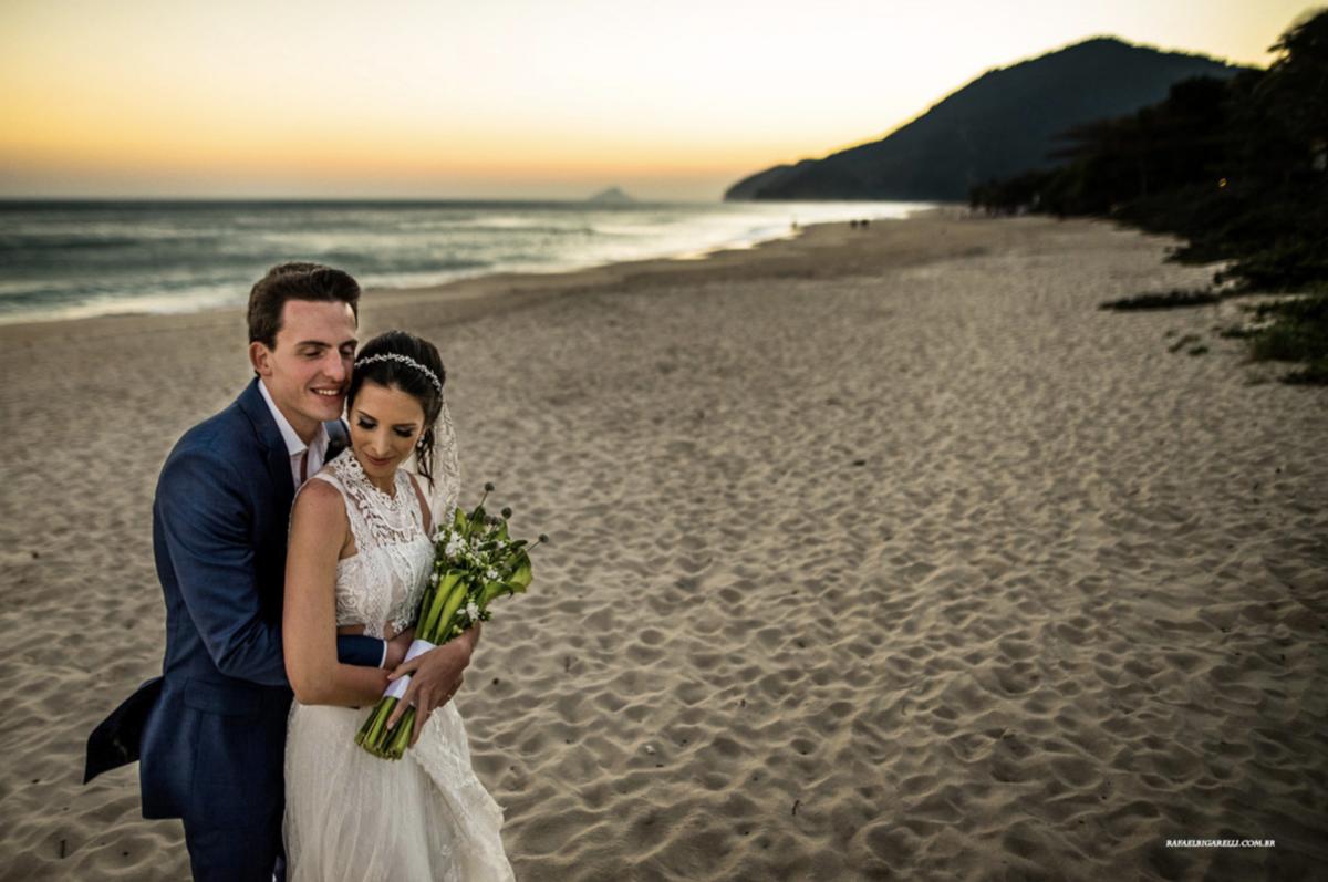 noivos posando pra foto na praia por do sol maresias sp fotografo rafael bigarelli