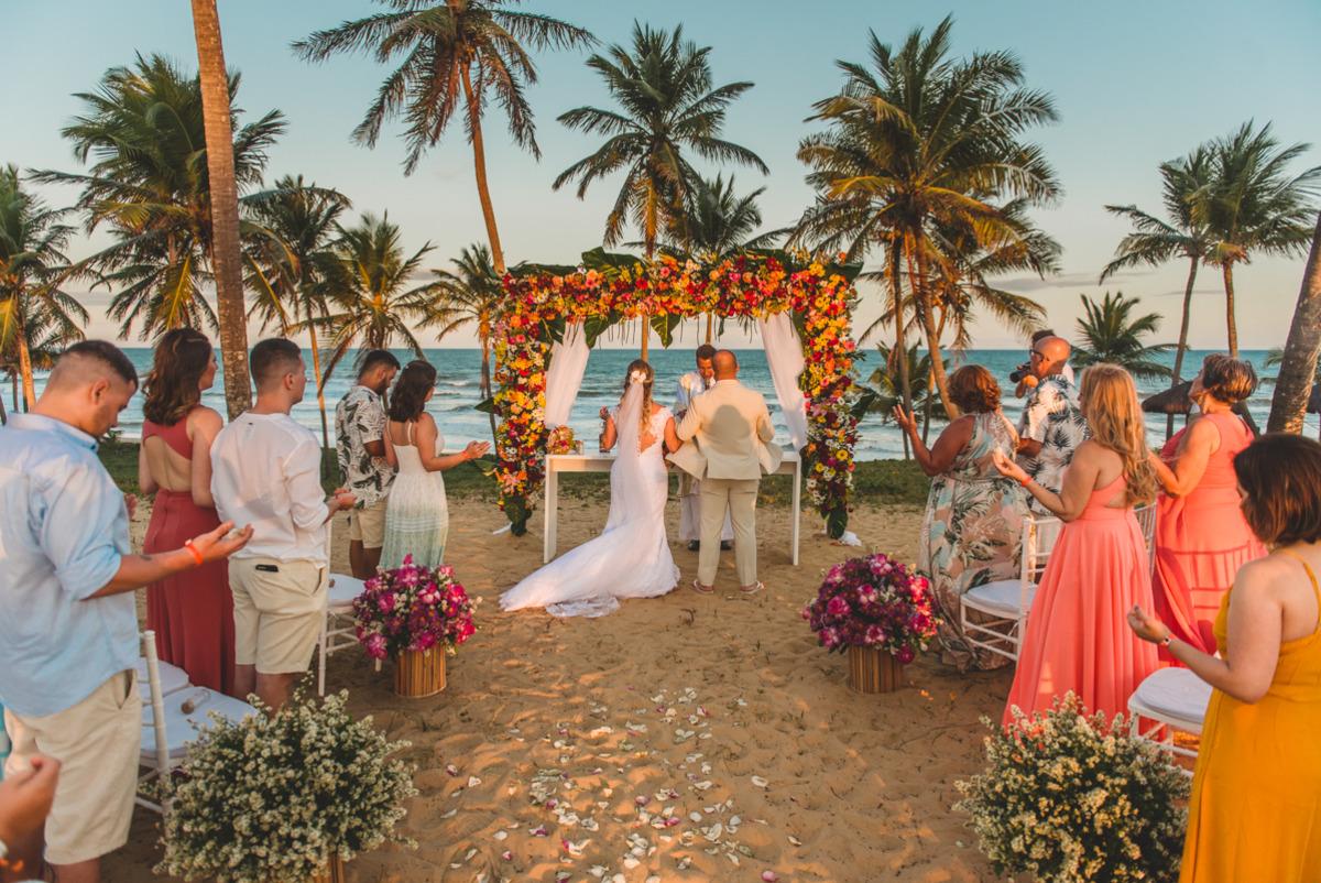 Cerimônia de casamento na praia, frente ao mar, pé na areia