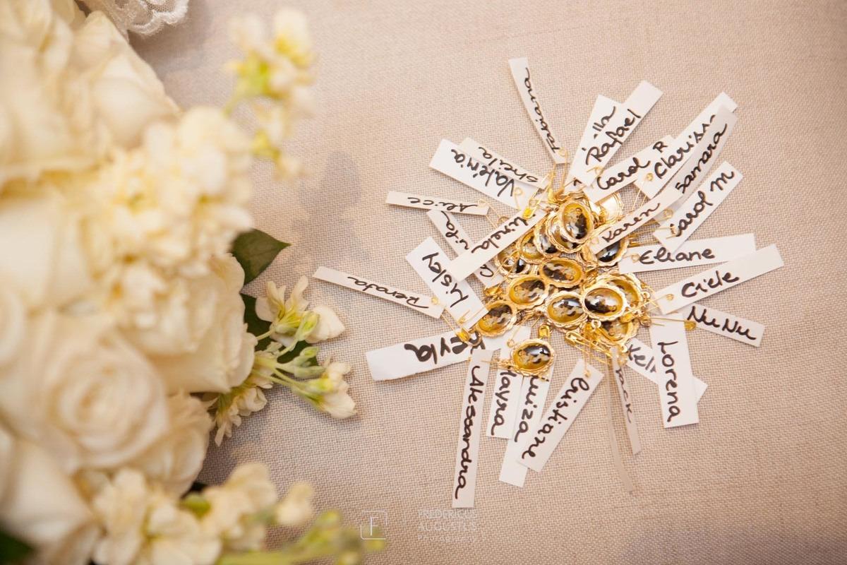 Medalhinhas de São Jorge com nome das amigas da noiva no alfinete para colocar na barra do vestido da noiva