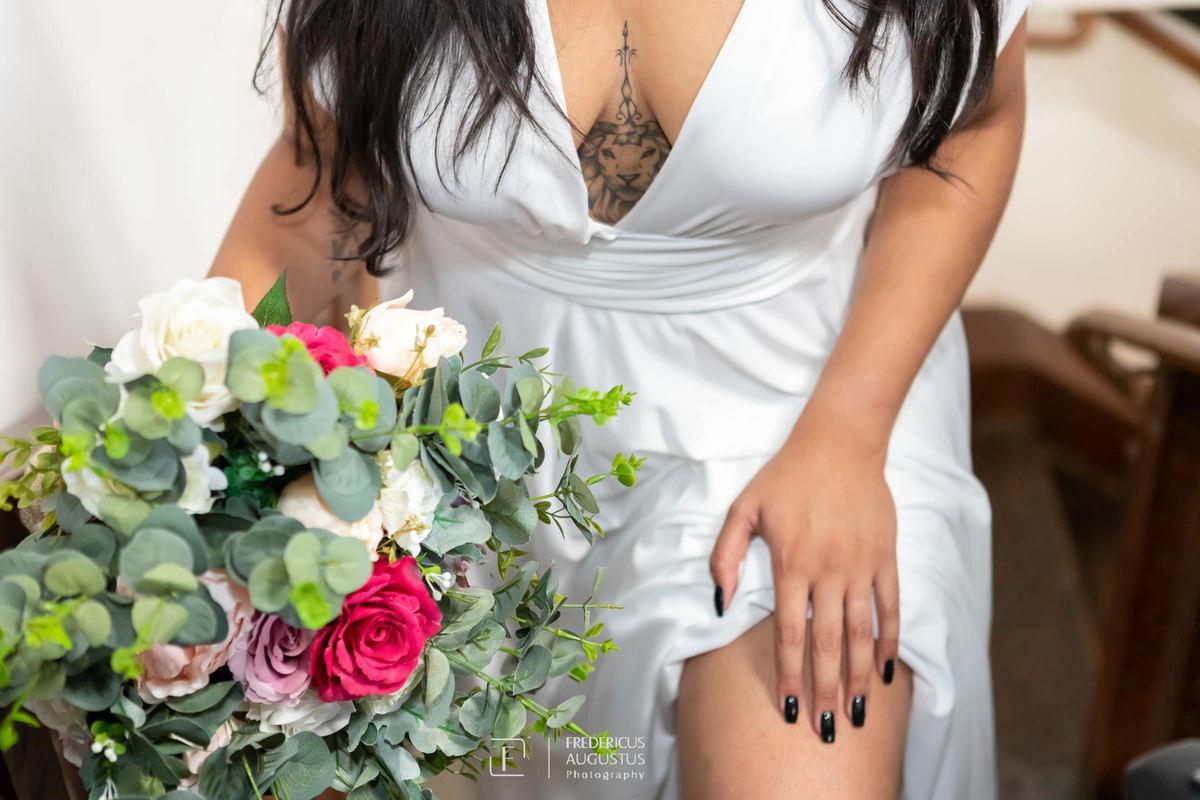 Renata com o seu buquê no pré casamento