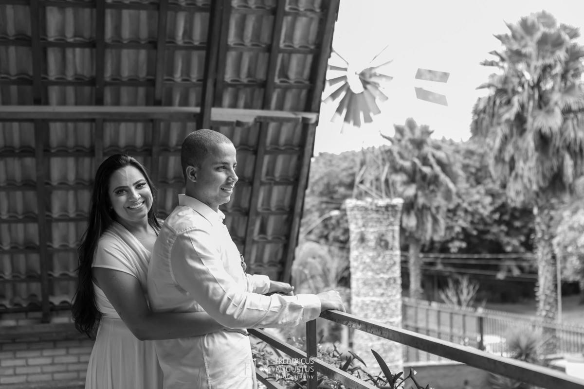 Renata e Guilherme na varanda do Chalé Pampulha