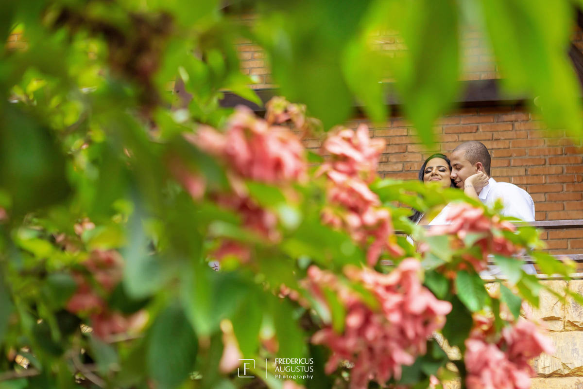 Renata e Guilherme no pré casamento entre as flores