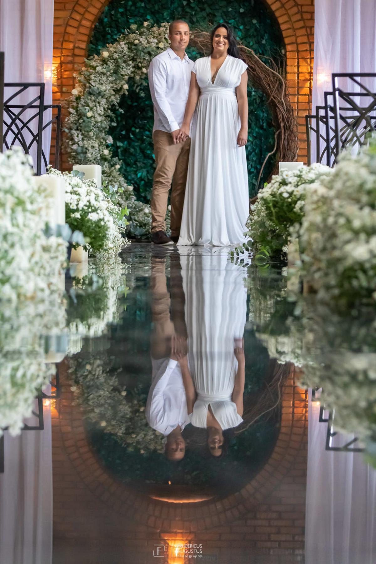 Renata e Guilherme no pré casamento na passarela espelhada no Chale Pampulha