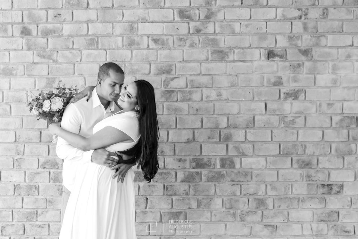 Guilherme abraçando a Renata com o seu buquê no pré casamento no Mallard