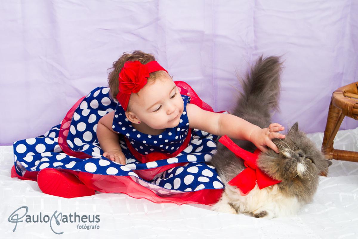 criança brinca com o gatinho durante ensaio infantil feito pelo fotógrafo Paulo Matheus