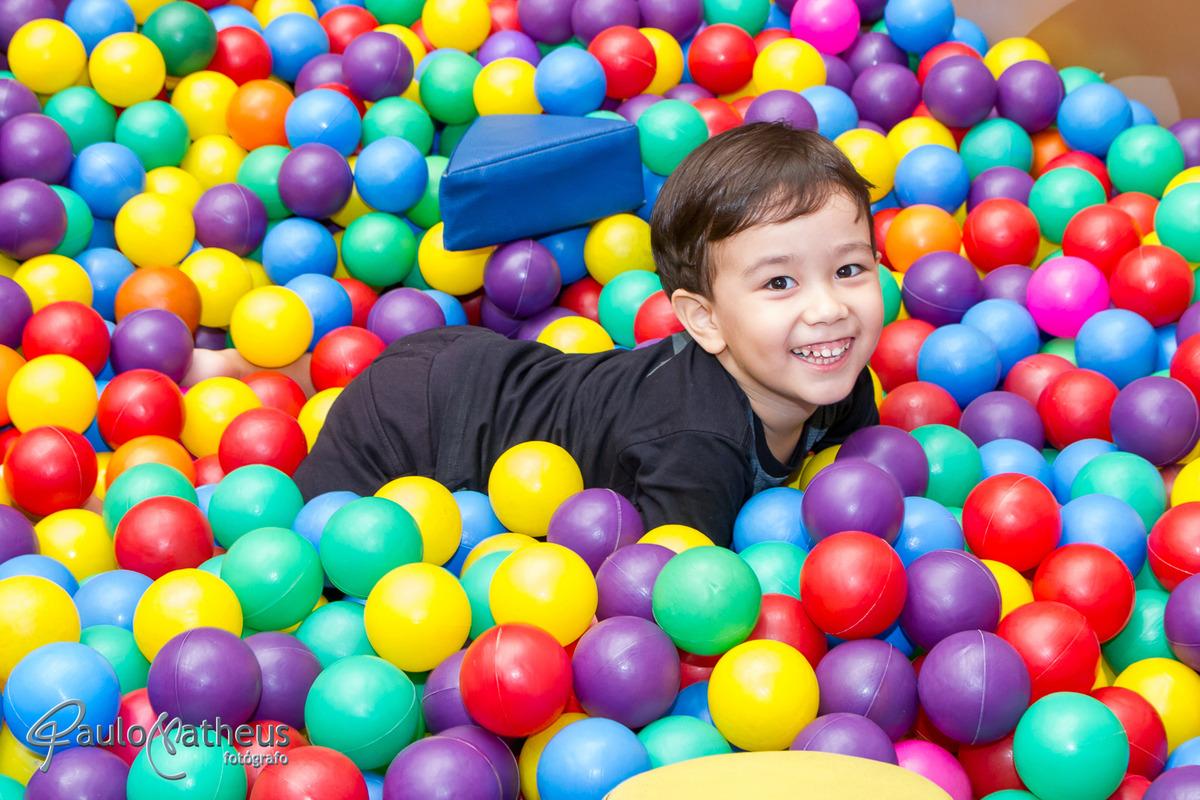 criança brincando na piscina de bolinha durante a Filmagem para festa infantil