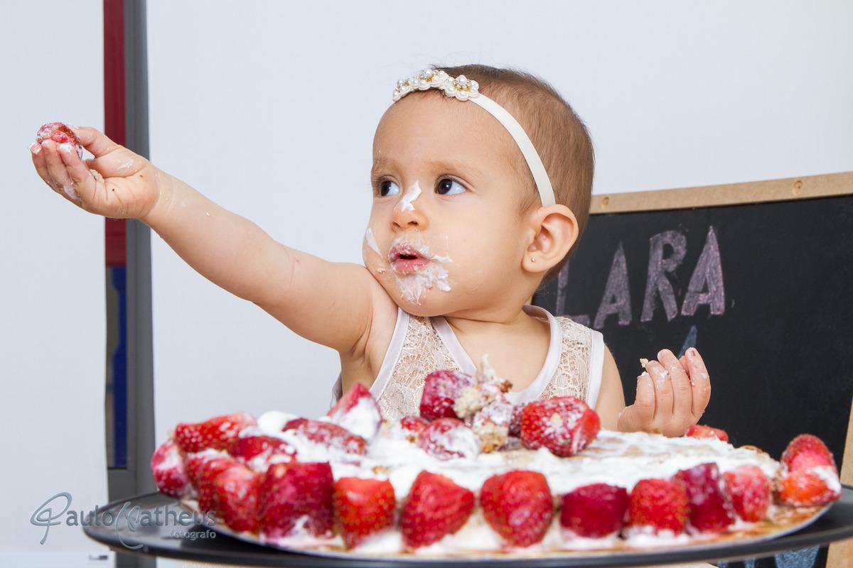 criança se distraindo com o bolo durante ensaio infantil - SMASH THE CAKE