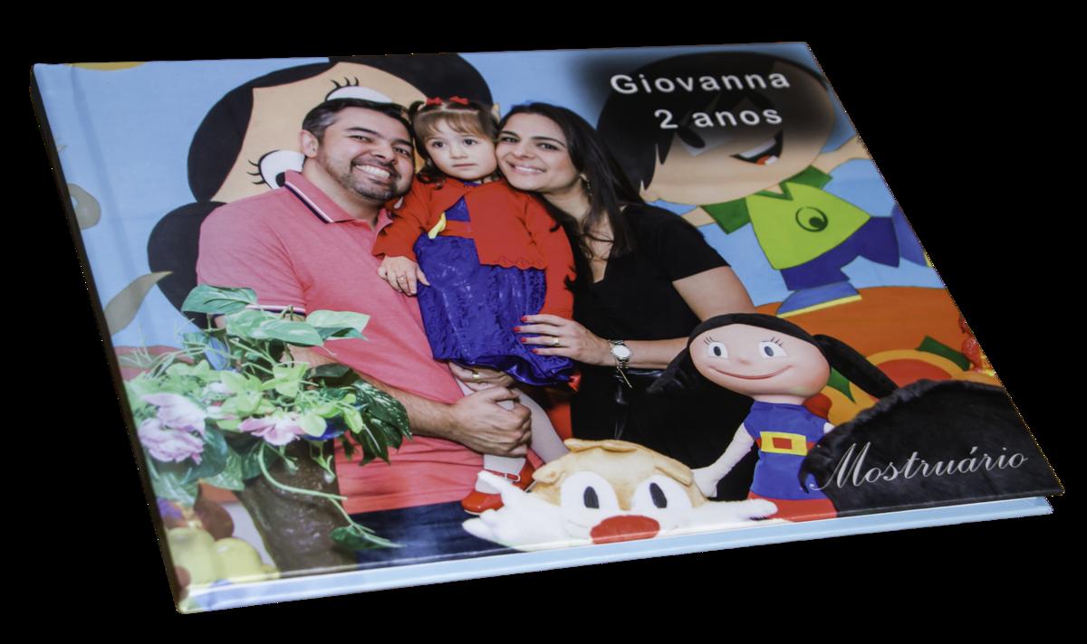 fotografia mostrando um fotolivro para festa infantil