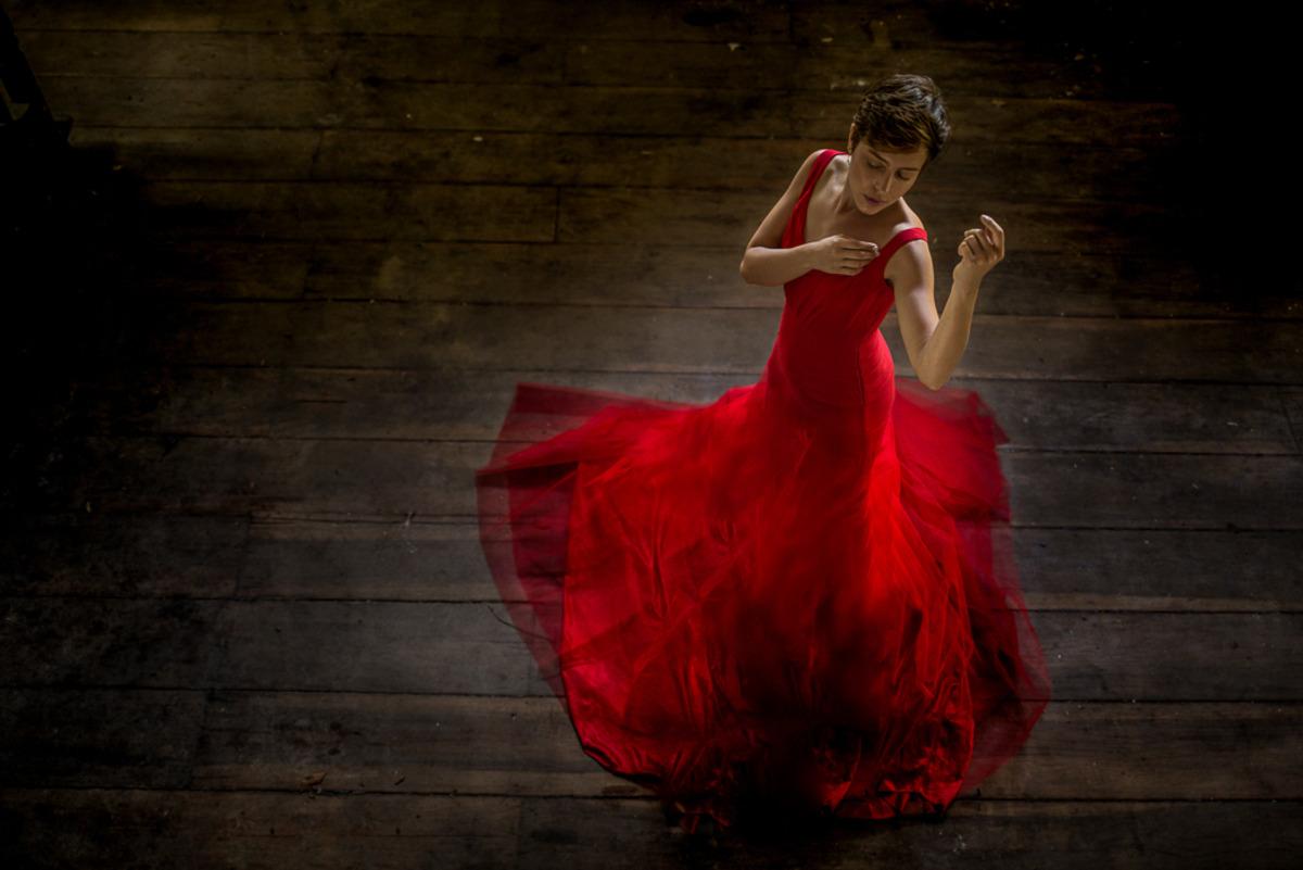 Retrato de uma moça com vestido vermelho.