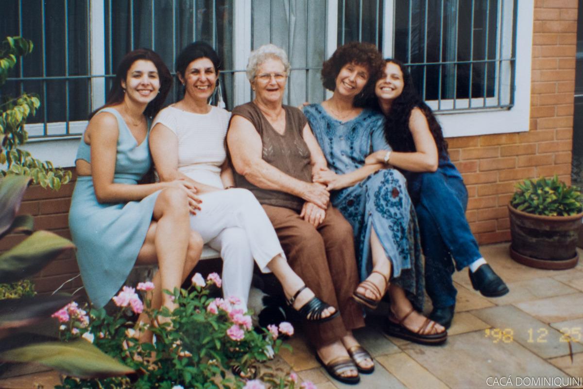 3 gerações, minha prima Carla, minha tia Lygia, minha avó Cici, minha mãe Renata e eu em 1998