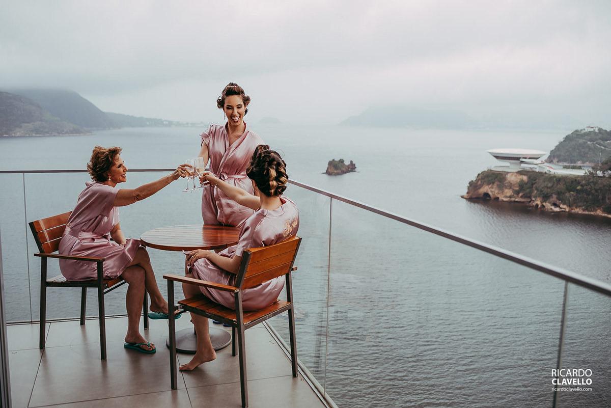 Noiva e família com MAC ao fundo em Niterói vista do Hotel H fotografo de casamentos , fotografo juiz de fora , fotografo de casamento rj, fotógrafo de casamento niteroi