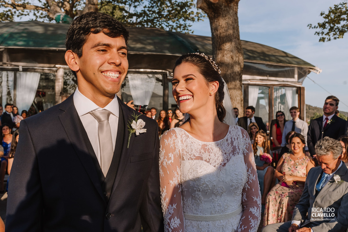 Noiva olhando sorrindo para o noivo