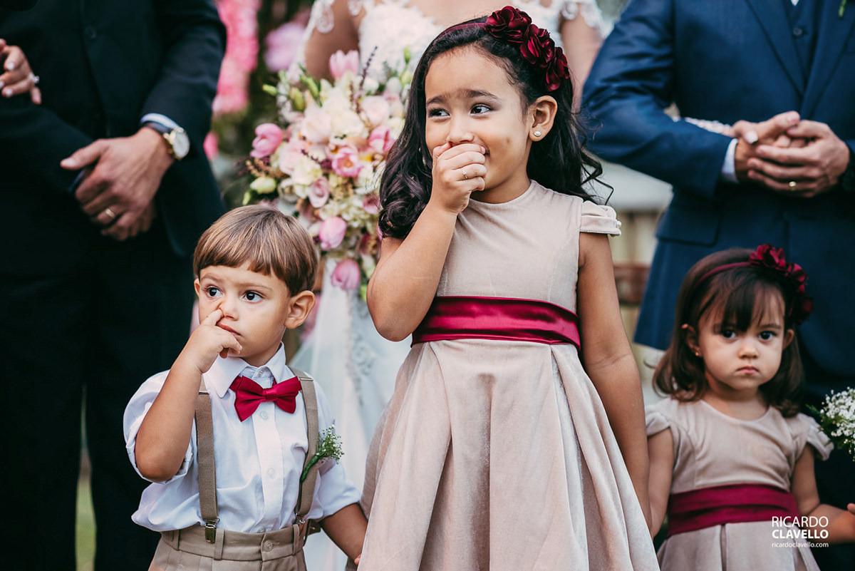 criança com dedo no nariz no casamento fotografo de casamentos , fotografo juiz de fora , fotografo de casamento rj, fotógrafo de casamento niteroi