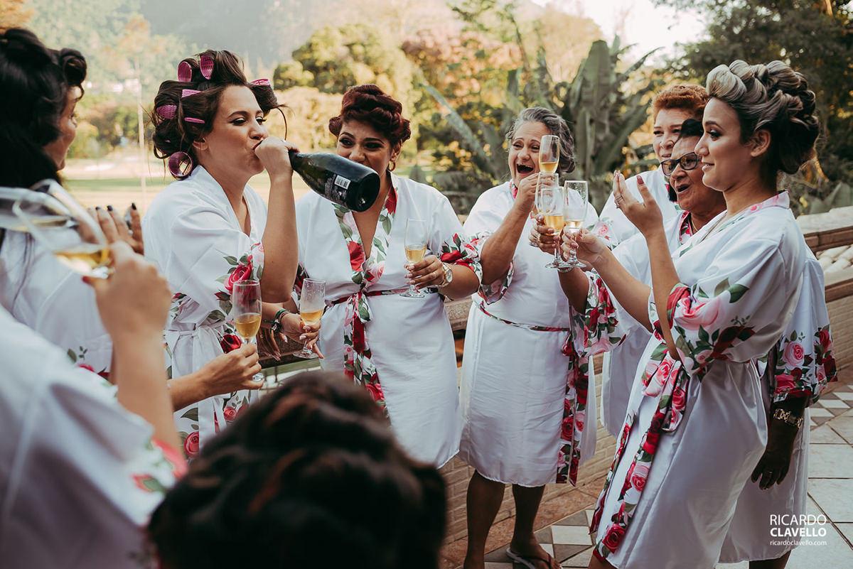 noiva bebendo espumante no gargalo fotografo de casamentos , fotografo juiz de fora , fotografo de casamento rj, fotógrafo de casamento niteroi