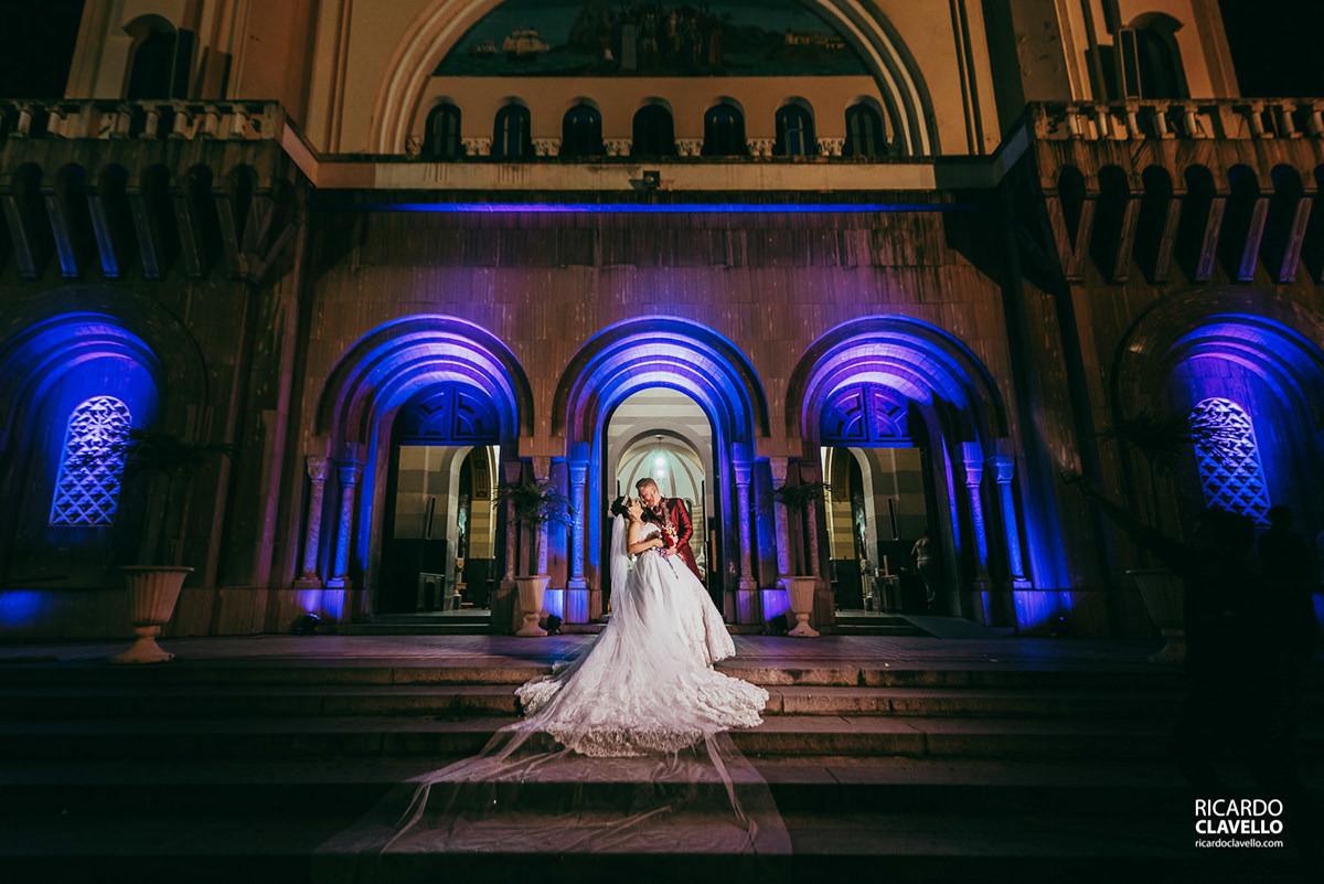 noivos na frente da igreja fotografo de casamentos , fotografo juiz de fora , fotografo de casamento rj, fotógrafo de casamento niteroi