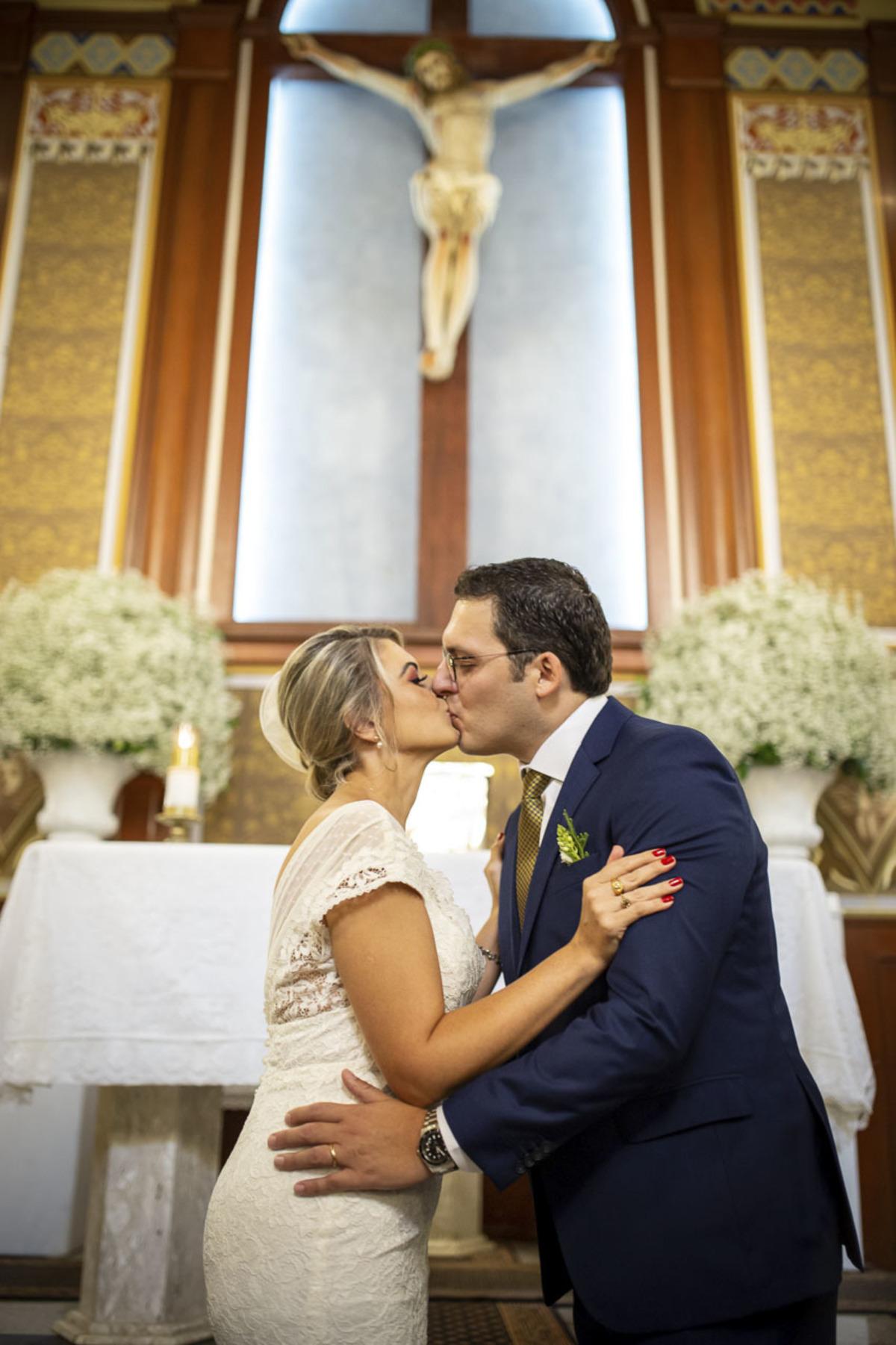 noivos-se-beijando-casamento-capela-santa-cruz-cambui-campinas