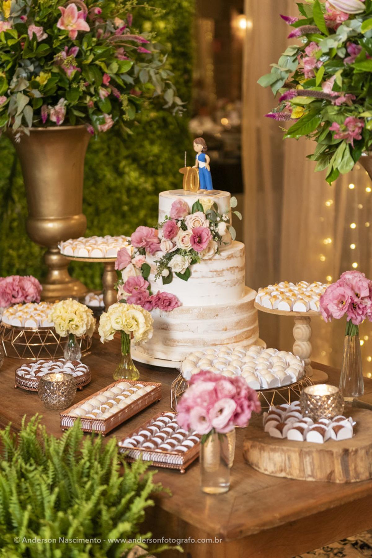 vista-parcial-mesa-decorada-buffet-mesa-docinhos-aniversario-casamento-villa-da-mooca