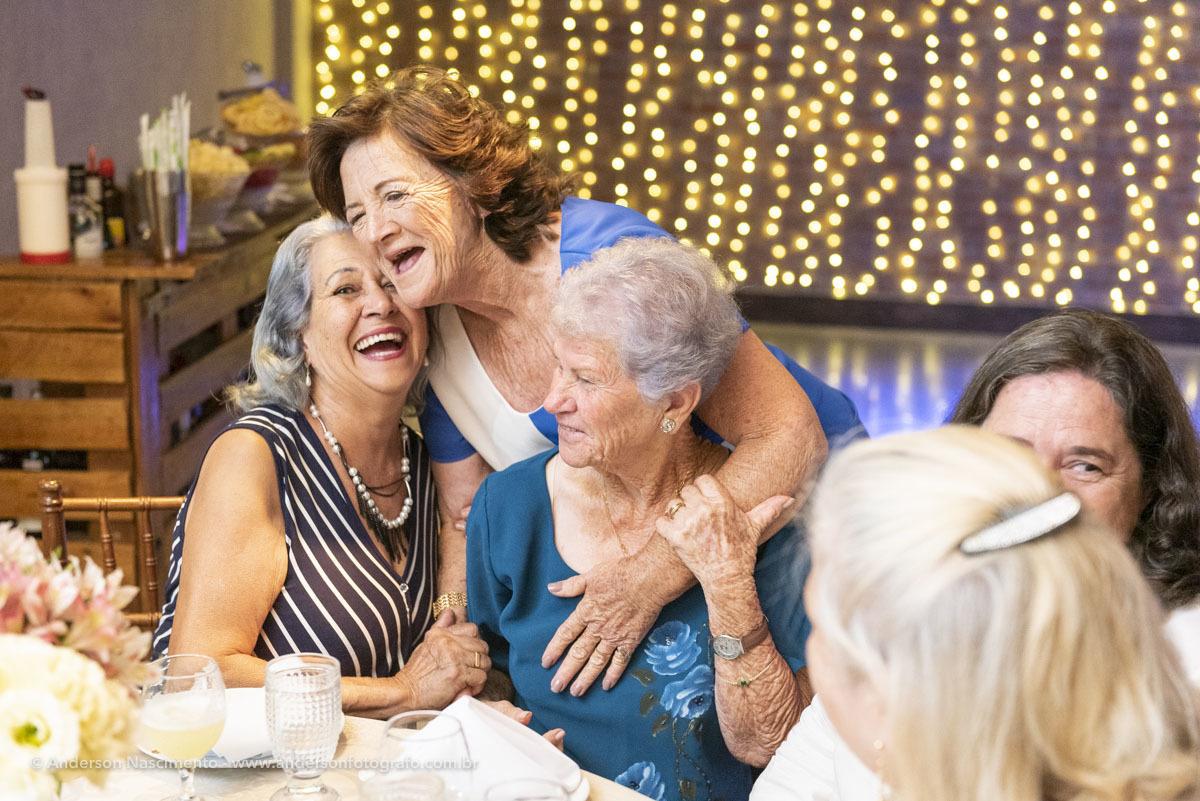 momentos-espontaneos-entre-amigas-aniversario-70-anos-buffet-villa-da-mooca