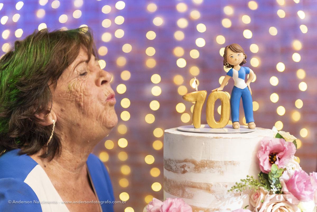 aniversariante-70-anos-assoprando-velinhas-buffet-villa-da-mooca