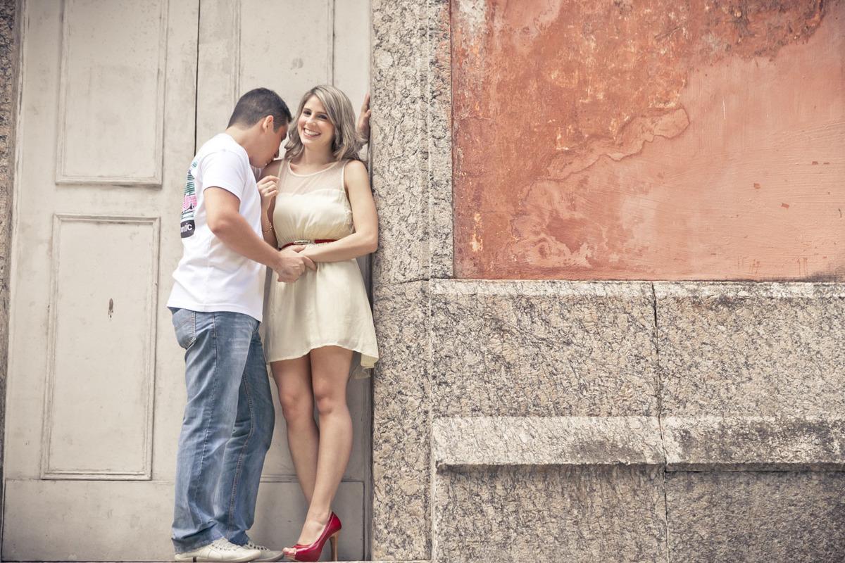 noivo-beijando-ombro-noiva-ensaio-noivos-parque-lage