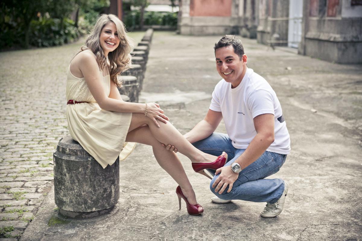 noivo-colocando-sapato-noiva-ensaio-pre-wedding-parque-lage