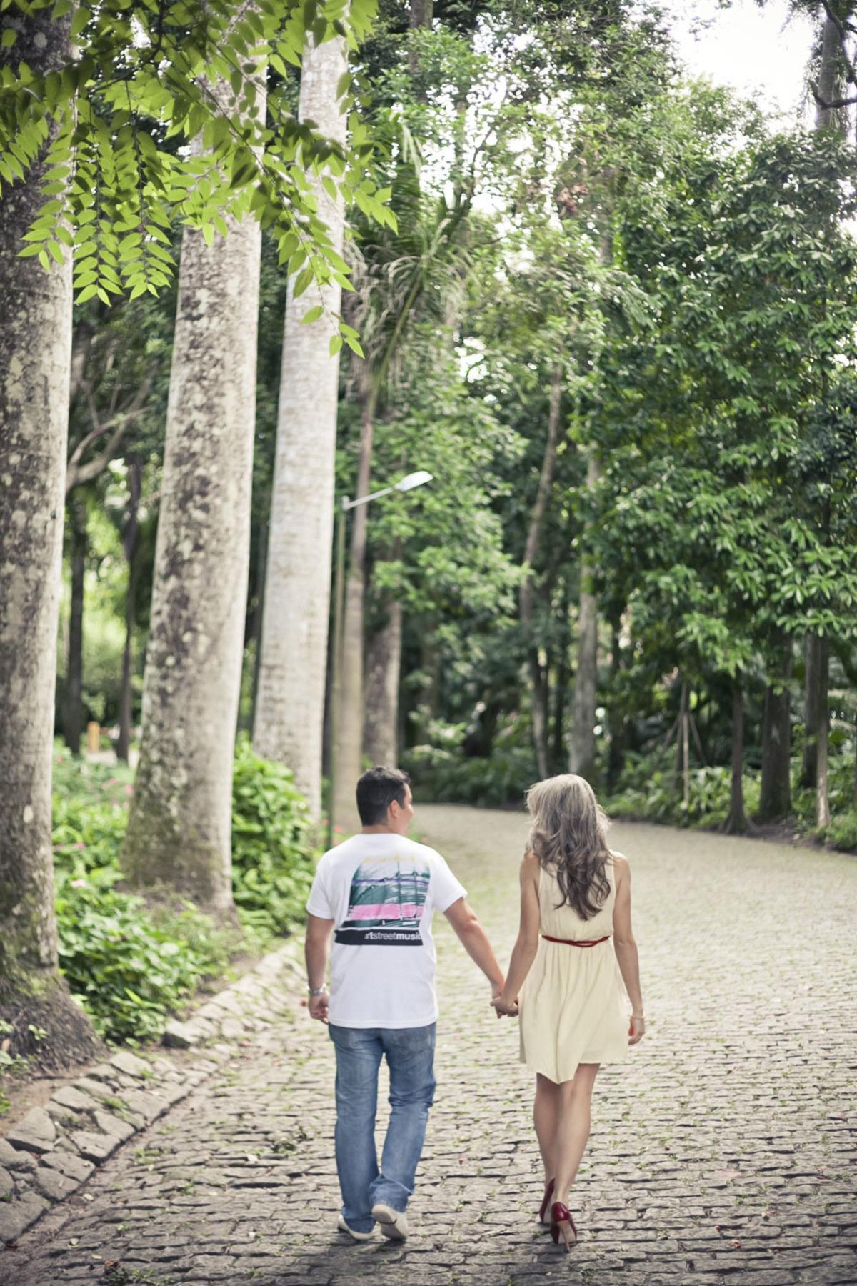 noivos-caminhando-ensaio-fotografico-pre-wedding-parque-lage