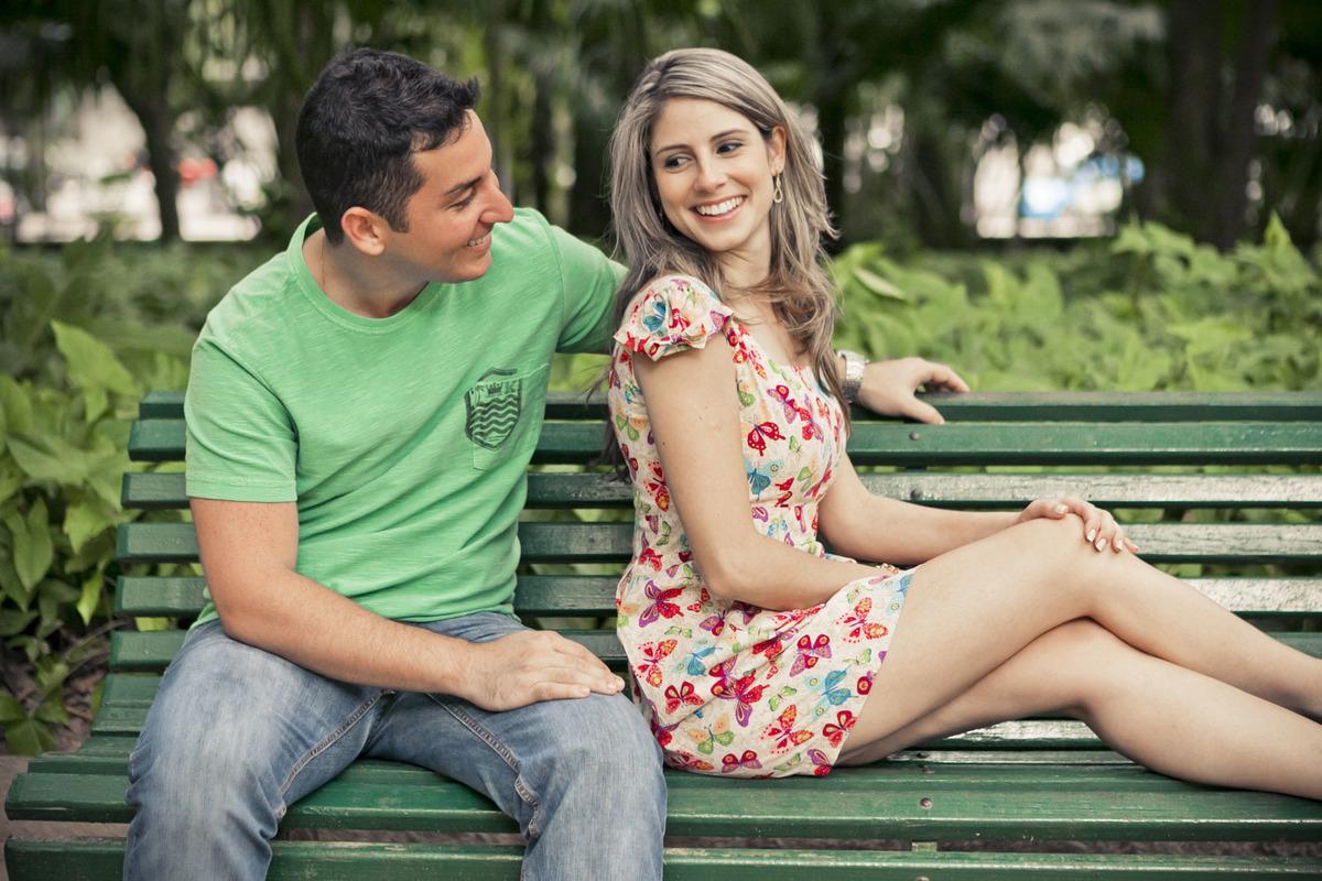casal-se-olhando-sentados-banco-ensaio-noivos-parque-lage