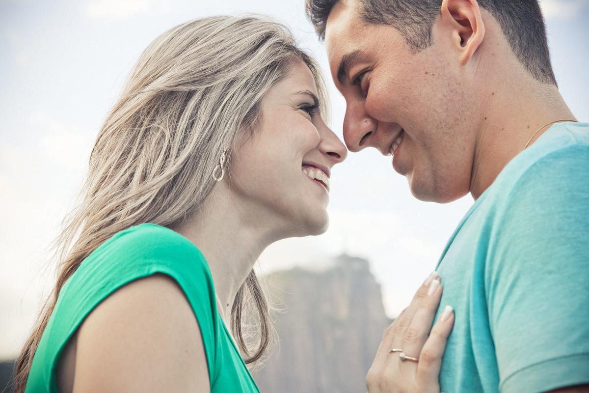 ensaio-fotografo-pre-wedding-casal-se-olhando-lago-rodrigo-de-freitas-rj
