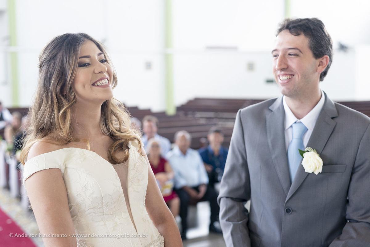 noivos-sorrindo-cerimonia-igreja