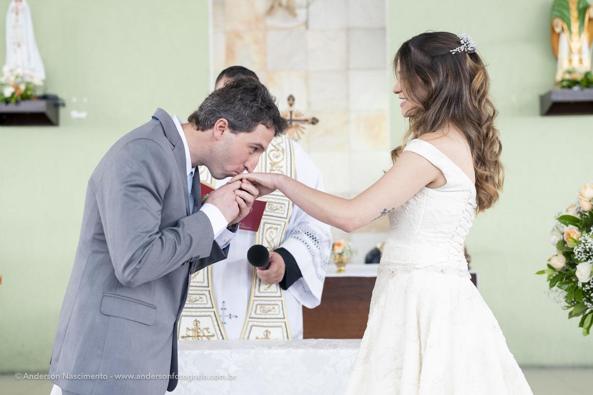 noivo-beijando-mao-da-noiva-cerimonia-casamento-capela-sao-patricio