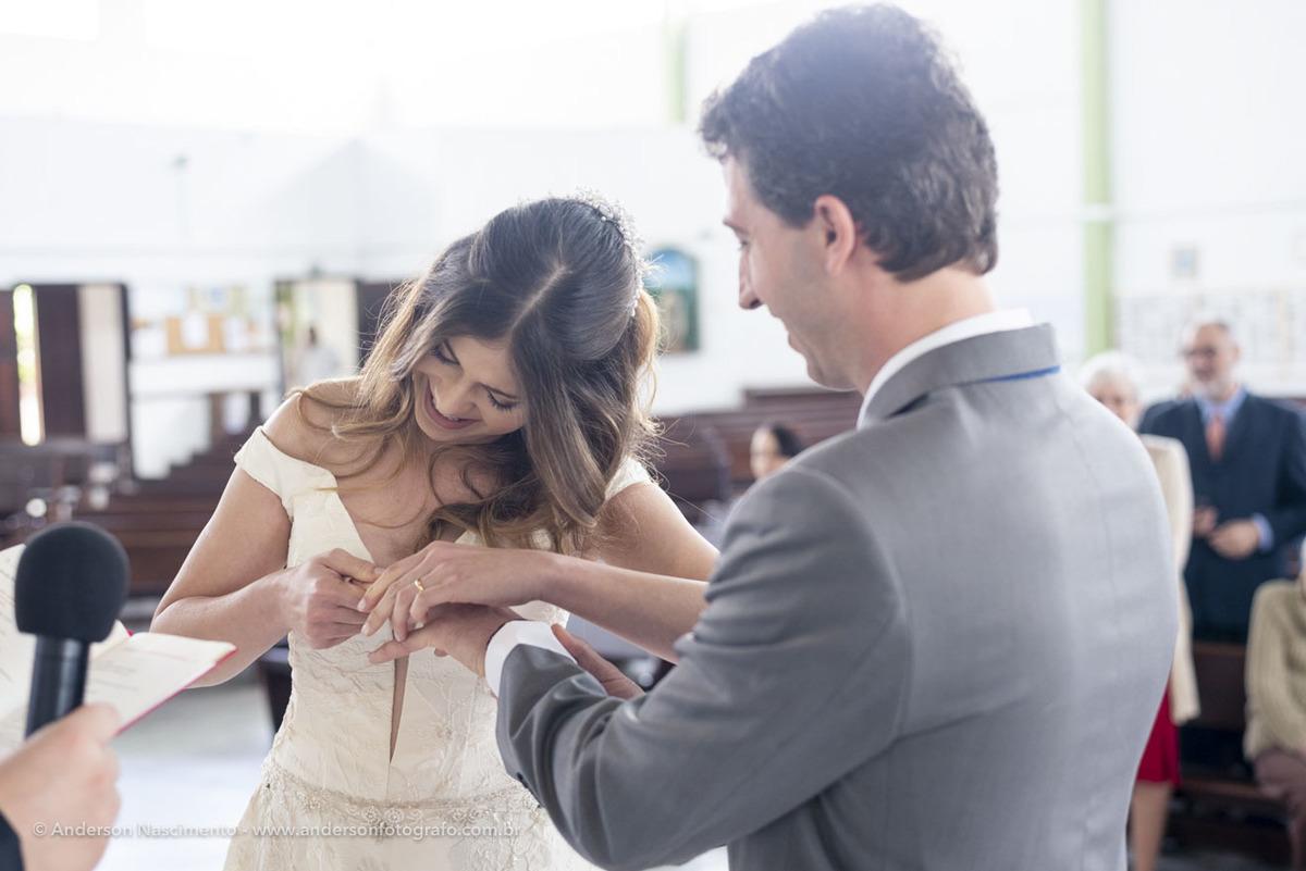 noiva-colocando-alianca-dedo-noivo-cerimonia-casamento
