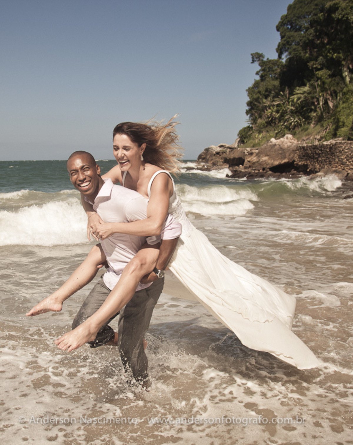 noivo-carregando-noiva-nas-costas-trash-the-dress-ensaio-fotografo