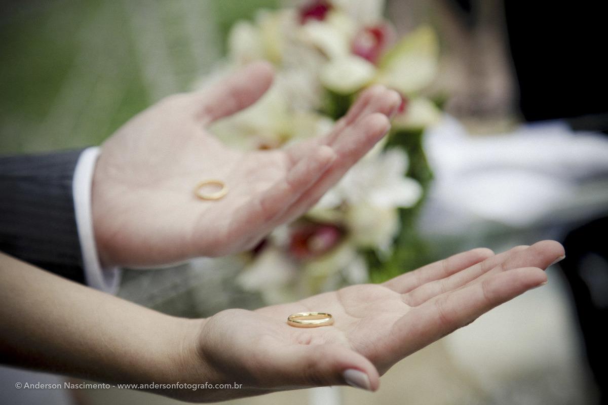 noivos-segurando-alianca-durante-cerimonia-buffet-espaco-natureza